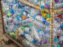 Basura reciclable de botellas plásticas en compartimiento de los desperdicios Imagen de archivo