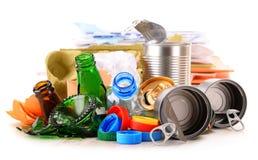 Basura reciclable que consiste en el vidrio, el plástico, el metal y el papel foto de archivo