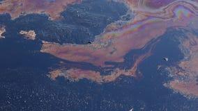 Basura tóxica de la descarga anterior, contaminación de la laguna del aceite, efectos de la naturaleza del agua y suelo Imagen de archivo
