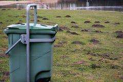 Basura verde del compartimiento de basura en Forest Grass Water Nature Object fotos de archivo