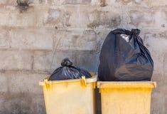 Basura y trashcan en la calle Fotos de archivo