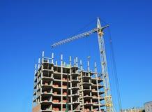 Basztowego żurawia i budynku konstruktory na budowie Budynków żurawie na budowie z budowniczymi Budynku wysoki wzrost Obrazy Royalty Free