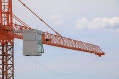 Basztowego żurawia przemysłu selekcyjnej ostrości budowy budynków miejsca miasto na niebieskim niebie Fotografia Stock