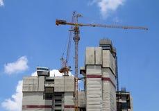 Basztowi żurawie na budowie z niebieskim niebem Zdjęcie Stock