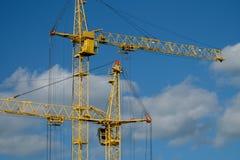 Basztowy żuraw przy budową na słonecznym dniu Fotografia Royalty Free