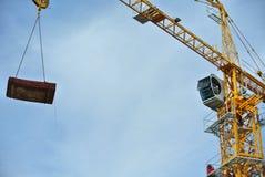 Basztowy żuraw używać podnosić ciężkiego ładunek Obraz Stock