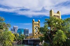 Basztowy Bridżowy i drapacz chmur, Sacramento zdjęcie royalty free