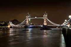 Basztowy most Londyn, Anglia przy nocą, - Zdjęcie Royalty Free