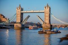 Basztowy most podnoszący pozwalać statek przechodzić Londyn Obraz Royalty Free