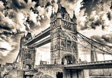 Basztowy most przy półmrokiem jak widzieć od St Katharine Dokuje - Lond fotografia royalty free