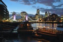 Basztowy most przy półmrokiem w Londyn zdjęcia stock