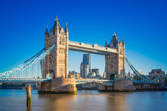 Basztowy most przy wschodem słońca z jasnym niebieskim niebem, Londyn, UK Obrazy Stock