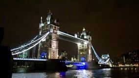 Basztowy most w Londyńskim szerokim noc widoku i Thames wody rzecznej odbiciu góruje, Londyn zdjęcie wideo