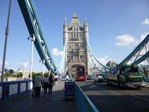 Basztowy most z czerwonym Londyńskim autobusem Zdjęcia Royalty Free