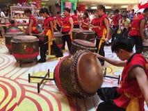 Bat du tambour de la représentation en même temps que la nouvelle année chinoise Photos libres de droits