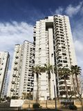 BAT YAM, ISRAELE 10 FEBBRAIO 2019: Alti edifici residenziali in Bat Yam, Israele fotografia stock libera da diritti