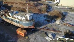 Bata acima o navio do abandono em Alaska video estoque