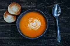 Bata la sopa con los cuscurrones Imagen de archivo libre de regalías