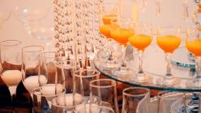 Bata na tabela com bebidas vídeos de arquivo