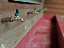 Bata no toalete na escola imagens de stock royalty free