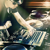 Bata o DJ que joga a música de mistura na plataforma giratória do vinil Imagens de Stock Royalty Free