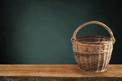 bataan 在架子的一个葡萄酒柳条筐在黑背景 库存图片
