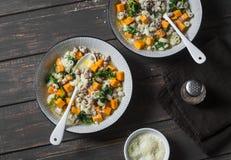 Bataat en van de varkensvleesworst soep met spinazie en deegwaren op een donkere achtergrond, hoogste mening De heerlijke herfst, Stock Foto's
