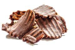 Bataatchocoladeschilfers op witte grond Stock Foto