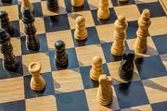 Bataille épique d'échecs de bon contre le mal où les vainqueurs prennent Photographie stock