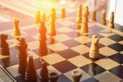 Bataille d'échecs avec deux équipes de concurrence et combat dans un jeu de Photos libres de droits