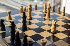 Bataille d'échecs avec le roi d'or qui a des puissances spéciales et peut DES Photos libres de droits