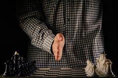 Bataille d'échecs de début d'homme Photographie stock