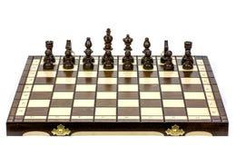 Bataille d'échecs sur le conseil en bois sur le fond blanc Images stock