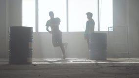Bataille de danse de deux danseurs de rue dans un bâtiment abandonné près du baril Culture d'houblon de hanche répétition clips vidéos