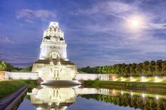 Bataille de monument de nations avec le lac la nuit à Leipzig, allemande images libres de droits