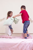Bataille improvisée d'enfants à l'intérieur Composition verticale en image Image libre de droits