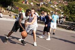 Bataille intense de basket-ball de rue image libre de droits