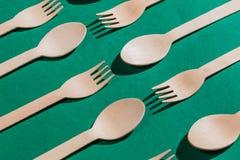 Bataille parmi des cuillères et des fourchettes, photos stock