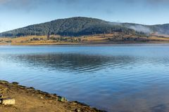 Batak水库,保加利亚惊人的秋天风景  免版税图库摄影