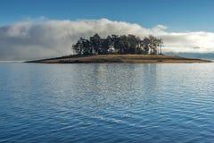 Batak水库,保加利亚惊人的秋天风景  库存照片