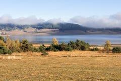 Batak水库, Rhodopes山惊人的秋天视图  库存图片