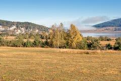 Batak水库, Rhodopes山惊人的秋天视图  免版税库存图片