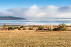 Batak水库, Rhodopes山惊人的秋天视图  免版税库存照片