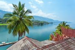 Batak hus på den Samosir ön nära sjön Toba arkivbild