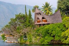 Batak hus på den Samosir ön, sjö Toba, Indonesien, eller arkivfoto
