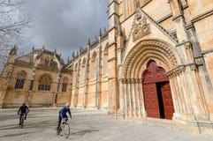 Batalha,葡萄牙- 2016年2月07日:乘坐在Th附近的两个骑自行车的人 免版税库存照片