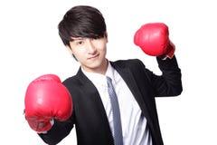 Batalha asiática do homem de negócios com luva de encaixotamento Fotos de Stock Royalty Free