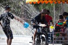 Batalha da água durante o festival de Songkran em Chanthaburi, Tailândia fotografia de stock royalty free