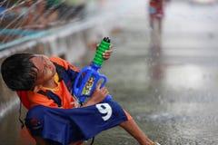 Batalha da água durante o festival de Songkran em Chanthaburi, Tailândia fotos de stock