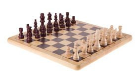 Batalha da xadrez na placa de madeira Imagens de Stock